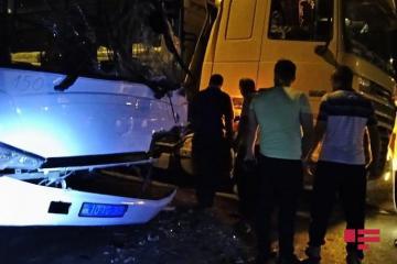 В Баку в ДТП попал автобус, осуществляющий незаконные пассажироперевозки, есть раненые - [color=red]ФОТО[/color]