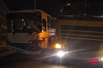 Bakıda qeyri-qanuni sərnişin daşıyan avtobus yük maşınına çırpılıb, xəsarət alanlar var - [color=red]FOTO[/color] - [color=red]VİDEO[/color]