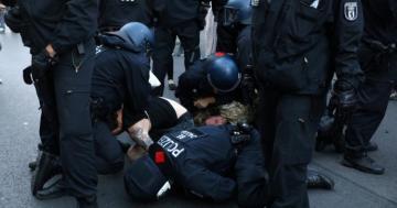 В Берлине в ходе протестных акций пострадали 45 полицейских