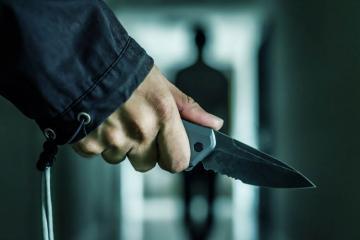 В Баку сотрудника полиции ударили ножом в спину