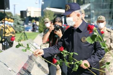Главы министерств обороны Азербайджана и Турции посетили Аллею почетного захоронения и Аллею шехидов - [color=red]ВИДЕО[/color]