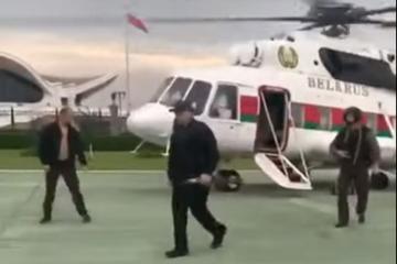 Lukaşenko İstiqlaliyyət Sarayına əlində avtomatla gəlib - [color=red]VİDEO[/color]