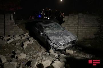 В Баку Mercedes вылетел в кювет и снес каменный забор - [color=red]ФОТО[/color]