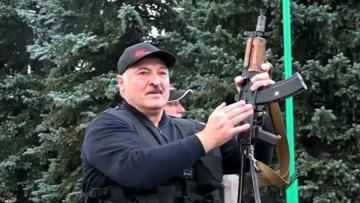 Lukaşenko əlində avtomat iqamətgahının qarşısına çıxıb - [color=red]FOTO[/color]
