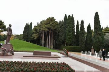 Президент Ильхам Алиев посетил могилу общенационального лидера Гейдара Алиева - [color=red]ОБНОВЛЕНО[/color]