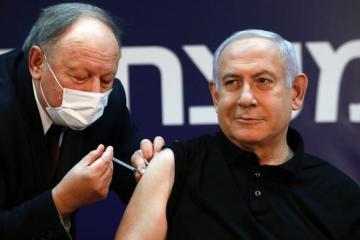 Нетаньяху первым в Израиле вакцинировался от COVID-19
