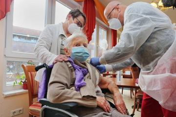 Almaniyada COVID-ə qarşı ilk peyvənd 101 yaşlı qadına vurulub