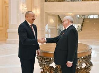 Президент Ильхам Алиев вручил Михаилу Гусману орден «Шараф»