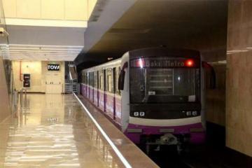 Мужчина в Баку бросился на пути в метро