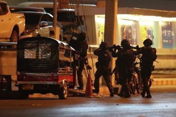 Таиландский стрелок убил одного спецназовца, покидая здание ТЦ
