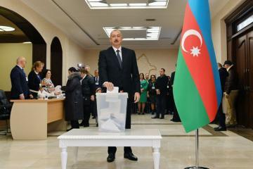 Prezident İlham Əliyev 6 saylı seçki məntəqəsində səs verib