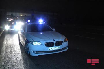 В Баку автомобиль врезался в рекламный щит, есть погибшие
