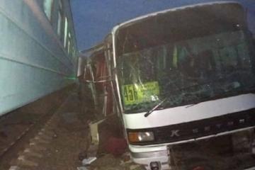 В Пакистане 15 человек погибли при столкновении поезда с автобусом