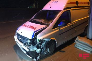 В Баку карета скорой помощи попала в ДТП, пострадали врачи - [color=red]ФОТО[/color]