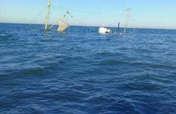 Fishing ship sunken in Azerbaijani sector of Caspian Sea - [color=red]PHOTO[/color]