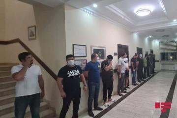 В Баку выявлено работающее в карантин кафе, задержаны 27 человек - [color=red]ФОТО[/color]