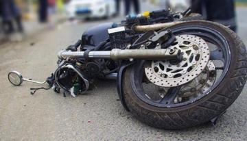 В Баку мотоцикл врезался в автобус, погиб один человек