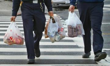 В Японии разработали пластиковые пакеты, разлагающиеся в морской воде