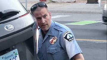 Обвиняемый в убийстве Флойда полицейский впервые предстанет перед судом