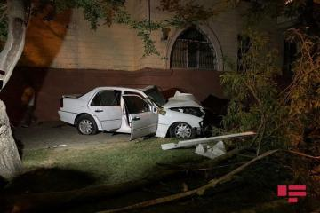 В Баку автомобиль врезался в деревья, водитель серьезно пострадал - [color=red]ФОТО[/color]