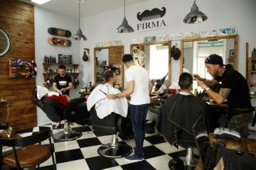 В восьми городах и районах Азербайджана вновь закрылись рестораны, парикмахерские и салоны красоты