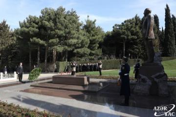Turkmen President Gurbanguly Berdimuhamedov pays respect to national leader Heydar Aliyev