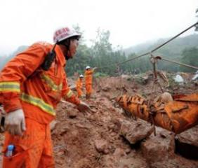 В Китае семь человек пропали без вести при сходе оползня на завод