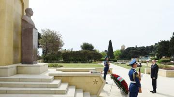 Президент Ильхам Алиев посетил памятник Ази Асланову