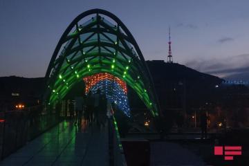Tbilisidə teleqüllə və körpü Azərbaycan bayrağının rəngləri ilə işıqlandırılıb - [color=red]FOTO[/color]