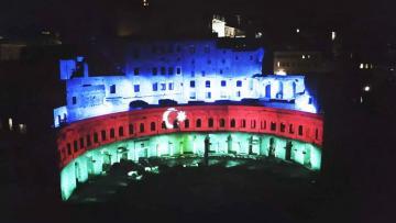 Romanın ən qədim abidə kompleksi Azərbaycan bayrağının rəngləri ilə işıqlandırılıb
