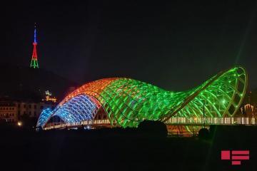 Телебашня и мост в Тбилиси окрасились в цвета азербайджанского флага - [color=red]ФОТО[/color]