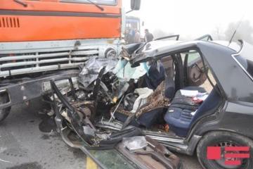 В Агджабеди грузовик столкнулся с легковым автомобилем, есть погибший