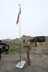 Prezident İlham Əliyev Xudafərin körpüsündə Azərbaycan bayrağını qaldırıb