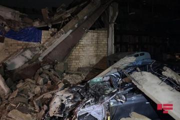 В Хырдалане бетонные плиты с крыши старого завода упали на автомобили - [color=red]ФОТО[/color]