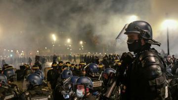 Во Франции почти 100 полицейских пострадали во время акций протеста