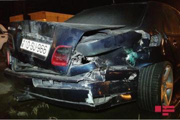 Abşeron rayonunda avtomobil yoldan çıxaraq arakəsməyə çırpılıb - [color=red]FOTO[/color]