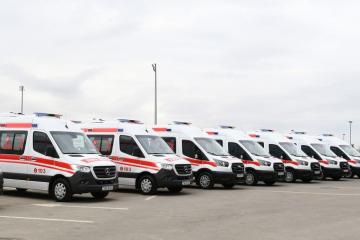 President Ilham Aliyev and first lady Mehriban Aliyeva viewed new ambulances delivered to Azerbaijan