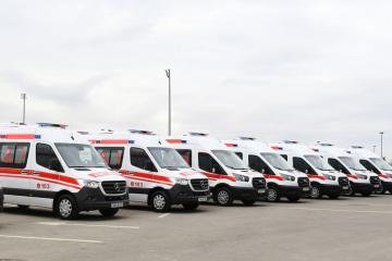 Prezident İlham Əliyev və Mehriban Əliyeva yeni gətirilən təcili tibbi yardım avtomobilləri ilə tanış olublar