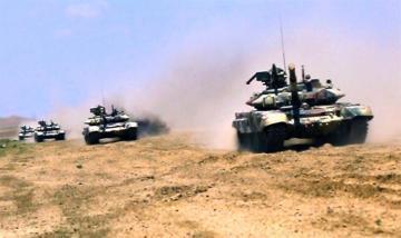 Tank bölmələri artilleriya ilə qarşılıqlı fəaliyyətdə təlim-döyüş tapşırıqlarını icra edir - [color=red]VİDEO[/color]