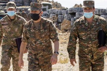 Начальник Генштаба ВС Армении прибегает к этому варианту для устранения упадка духа среди солдат - [color=red]ФОТО[/color]