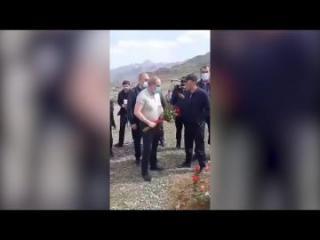 Пашиняну не дали возложить цветы на могилу погибшего солдата - [color=red]ВИДЕО[/color]