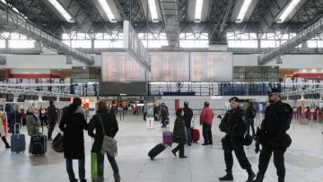 Самолет с высланными из Чехии дипломатами вылетел в Москву
