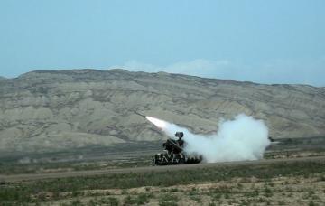 Azərbaycan Ordusunda zenit-raket bölmələrinin döyüş atışlı taktiki təlimləri keçirilir  - [color=red]VİDEO[/color]