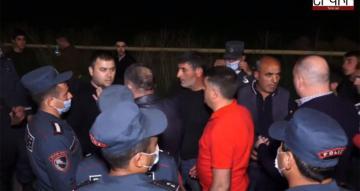 На акции протеста в Ереване произошли стычки с силовиками
