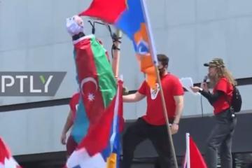 """Ermənilər Los Ancelesdə Azərbaycan bayrağına bükülmüş manekeni etnik zorakılığa çağırışlarla """"edam"""" ediblər  - [color=red]VİDEO[/color]"""