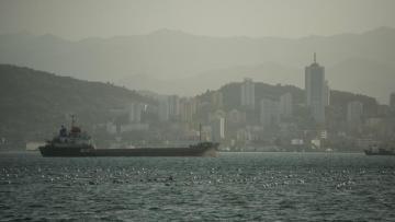 В Оманском заливе вооруженные люди захватили танкер