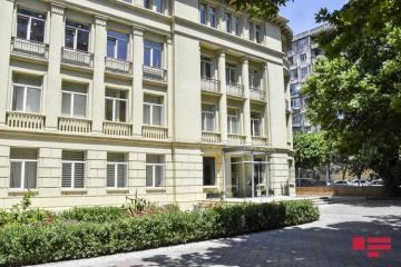 В Азербайджане частично возобновляется очная форма обучения в старших классах и университетах