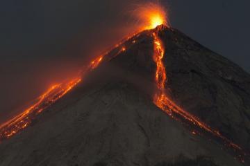 Qvatemalada yerləşən Fueqo vulkanı püskürməyə başlayıb