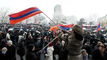 Протестующие в Ереване забросали яйцами здание следственной службы