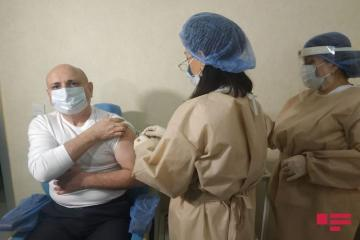 В Азербайджане началась вакцинация председателей партий против COVID-19